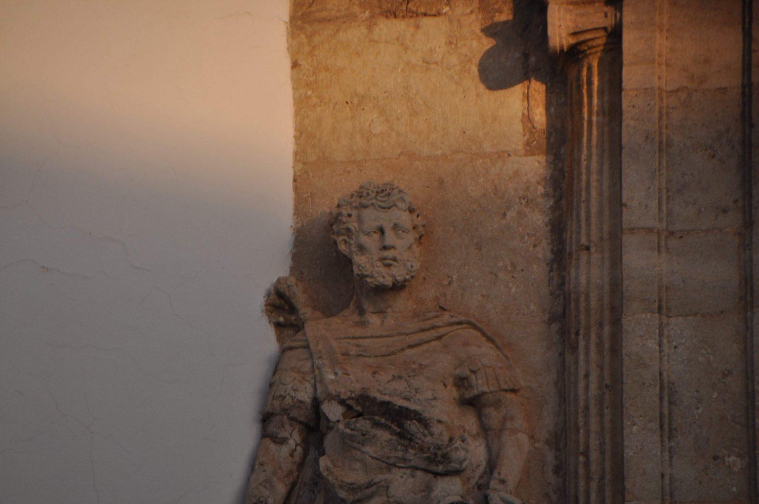 mirada grabada en piedra